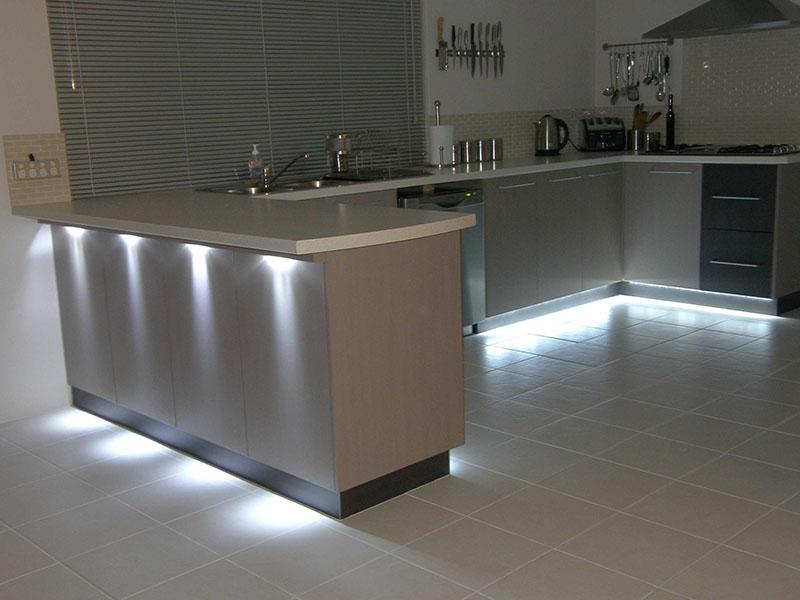 Fitas LED sub a bancada dBancada da cozinha ao fundo, iluminada na parte inferior com Fitas LED