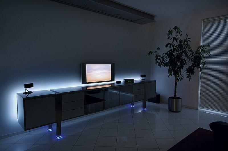 LED azul usado atrás do rack da sala de estar