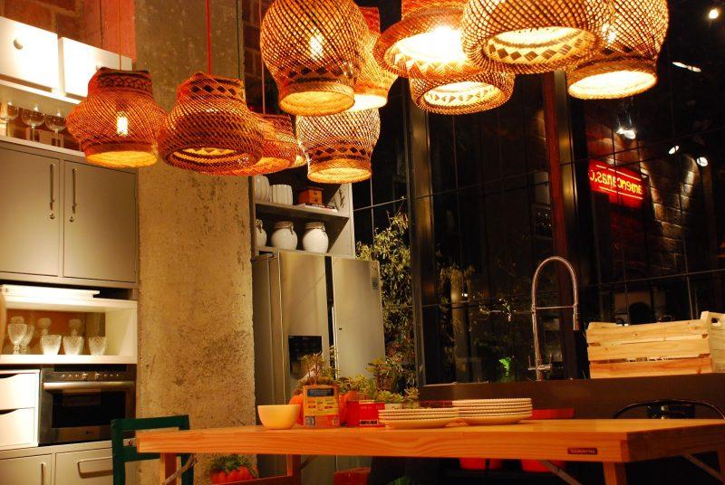 luminária feita de palha trançada