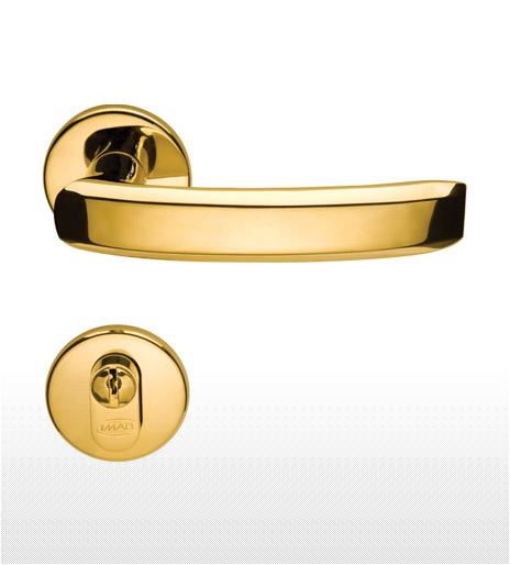 Já esse modelo possui puxador metálico dourado de latão, dando um efeito bem diferente para a porta