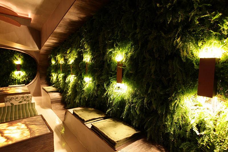 parede verde decorada com luminárias de parede