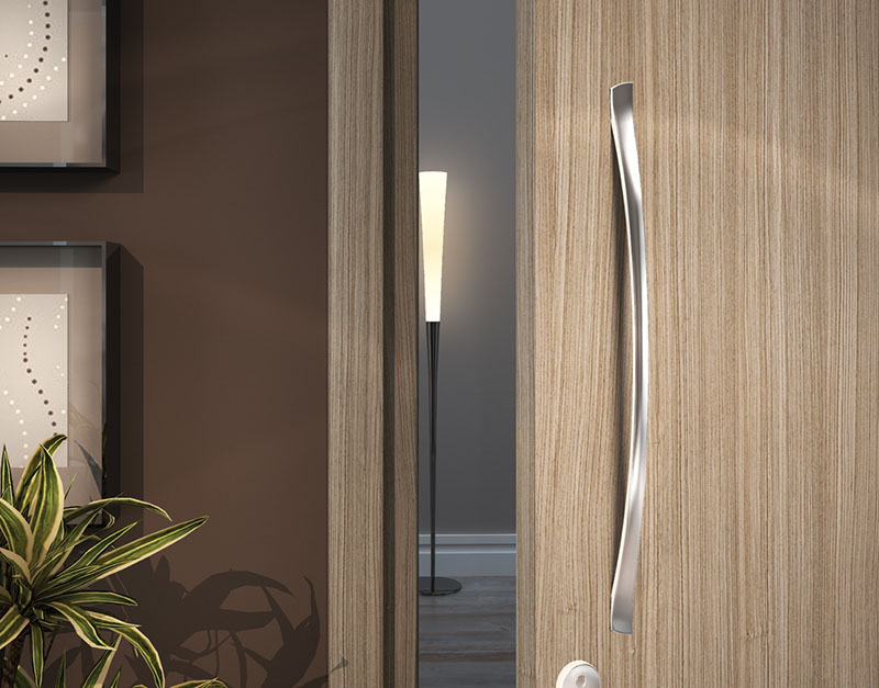 Puxador em porta de madeira residencial