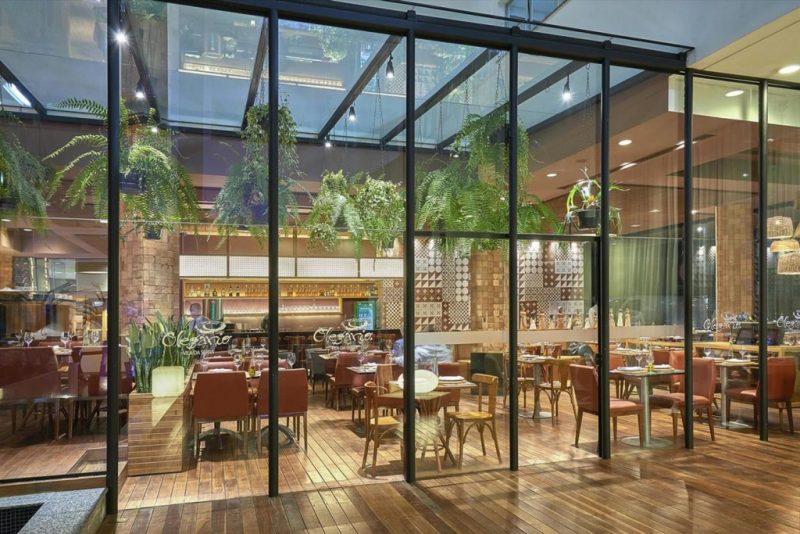 restaurante com teto e fachada de vidro