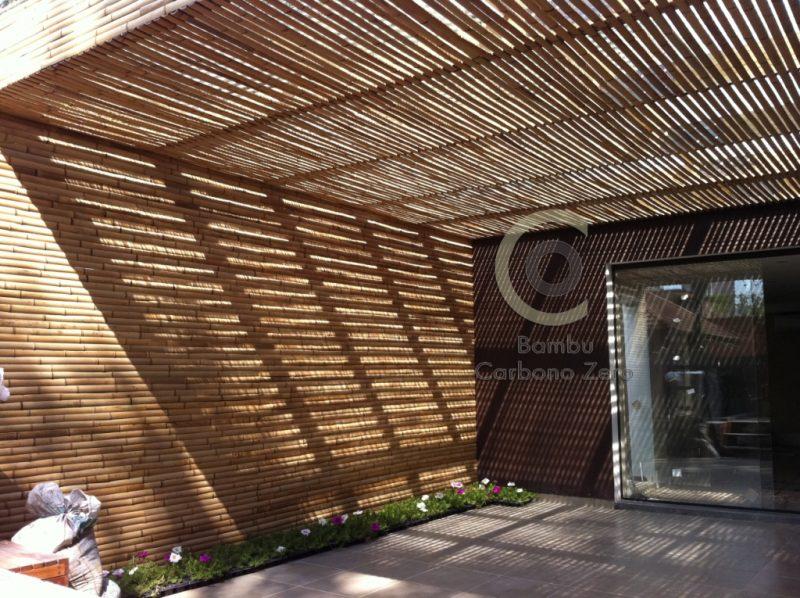 parede e teto com revestimento de bambu