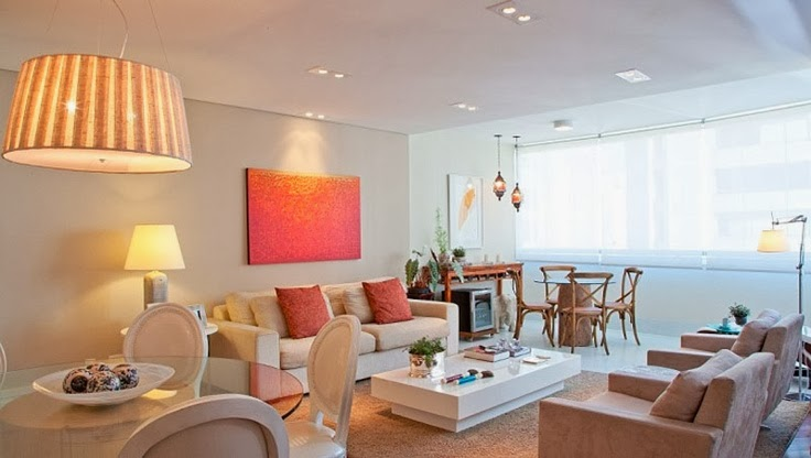 Sala com iluminação de embutir dando destaque para quarto sobre o sofá