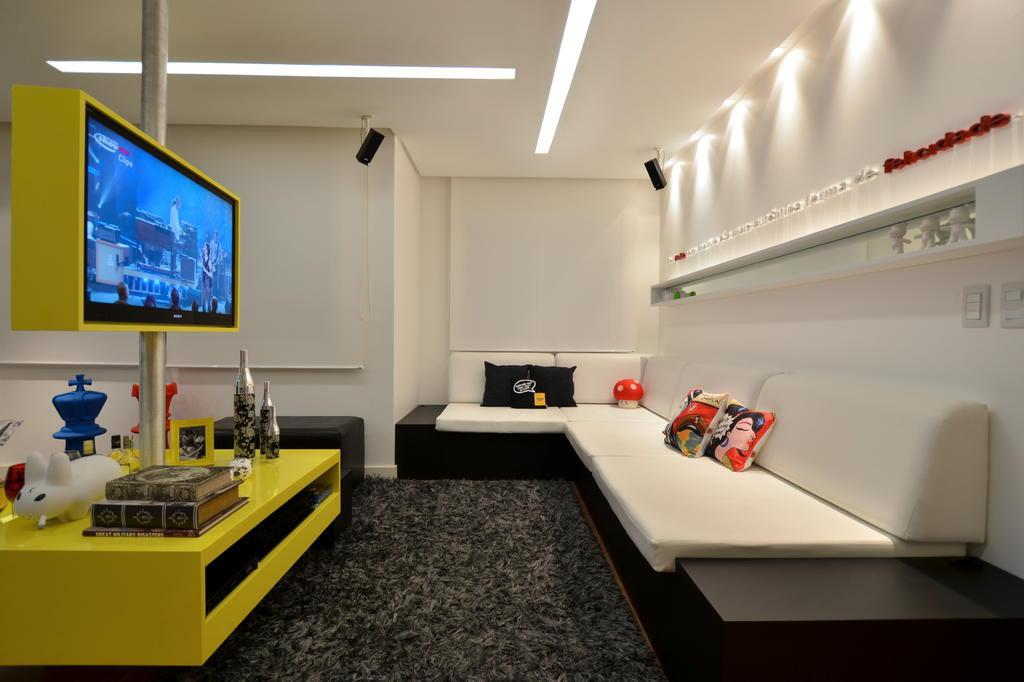 Luminária linear embutida no forro, em ambientes de circulação e para dar destaque na parede com spots
