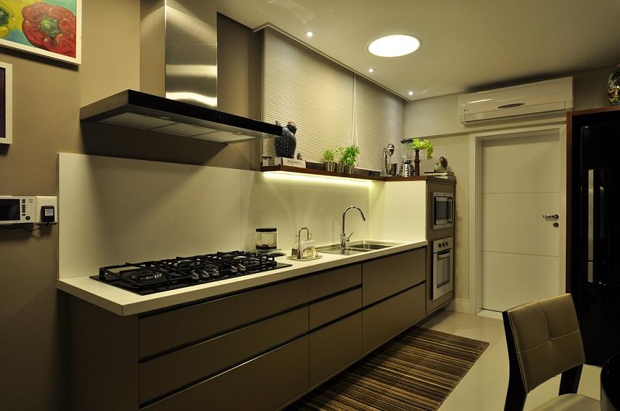 Luminária embutida no forro para fazer a iluminação geral na cozinha, além de iluminação sobre a bancada