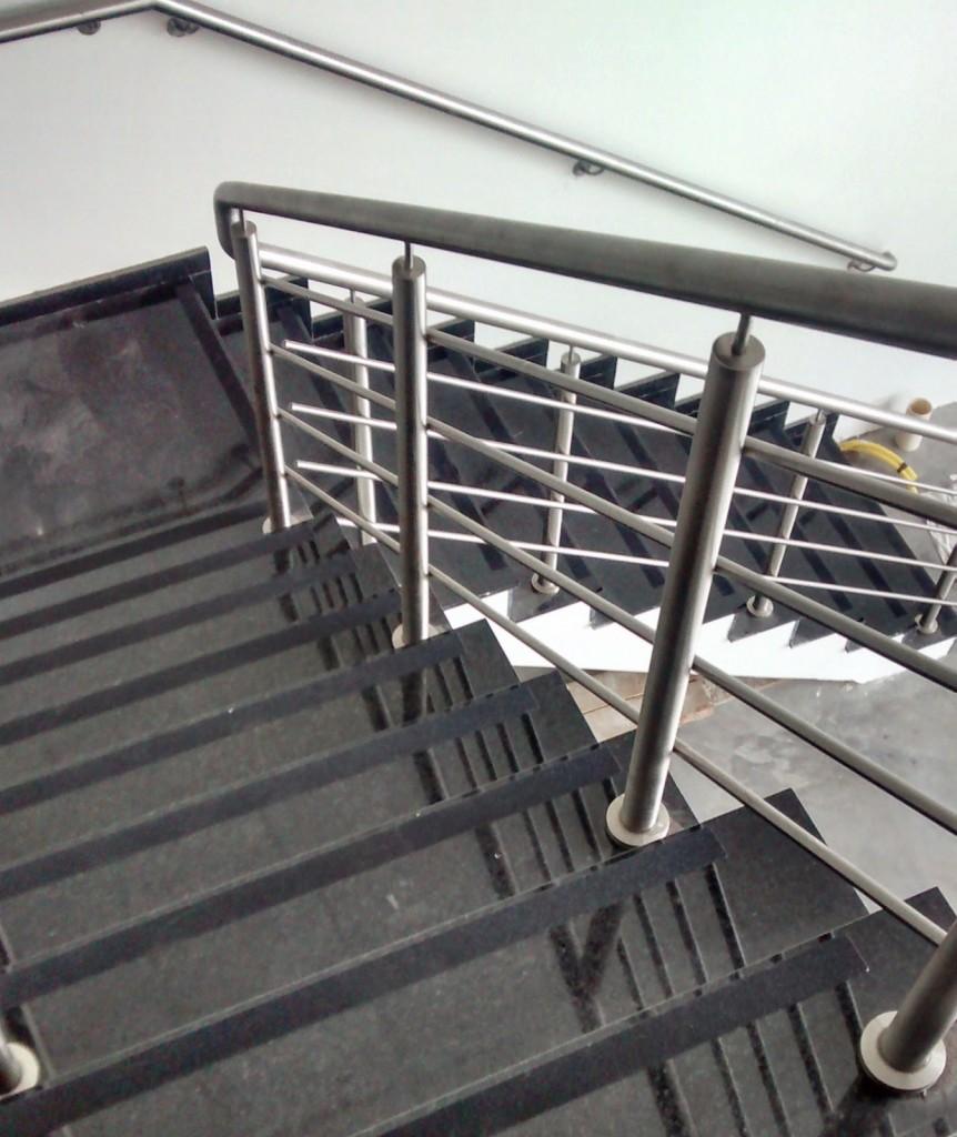 quando o material do piso não for antiderrapante, o mais conveniente sé aplicação das fitas