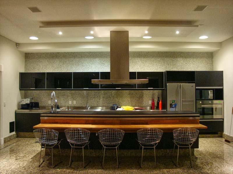 Projeto de cozinha integrada tipo gourmet com bancada para refeições