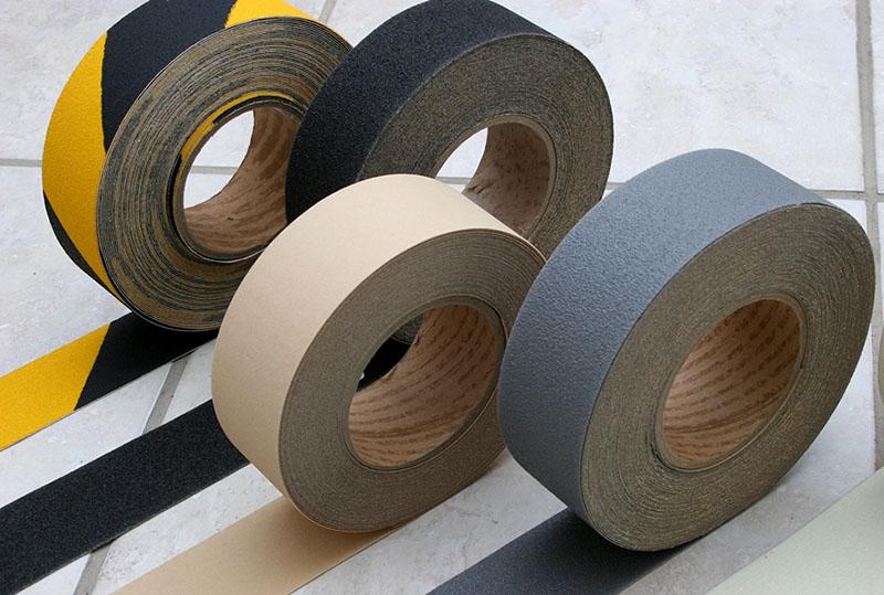 Diversas cores de fita antiderrapante para aplicação sobre o piso