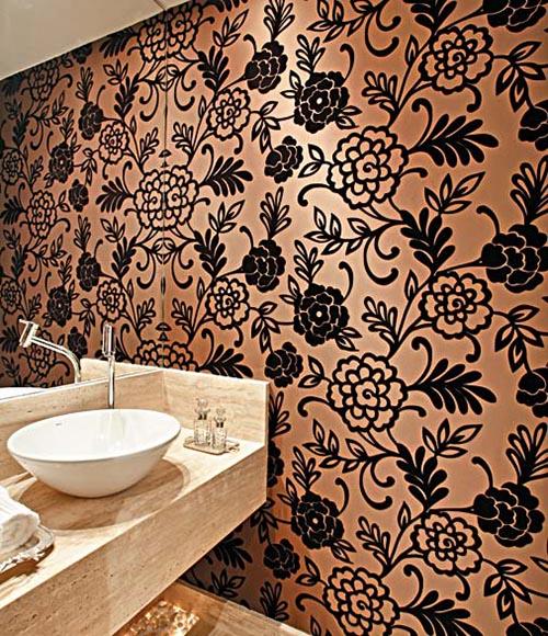 mesmo uma parede de banheiro pode ser revestida com tecido como neste exemplo de parede adesivada