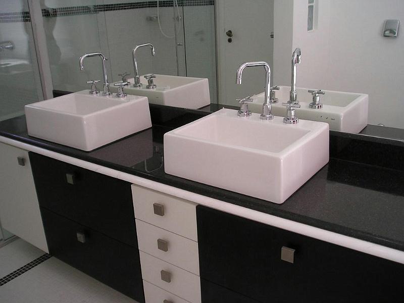 Bancada do banheiro em granito preto São Gabriel