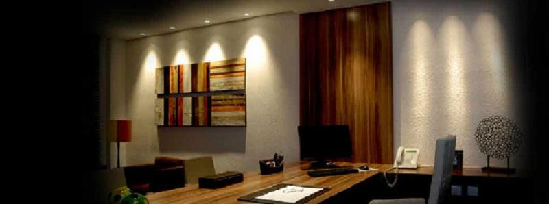 Cortina de luz na parede feita com a iluminação de lâmpada dicroica fixadas no forro