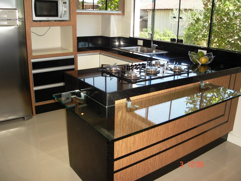 Cozinha feita com bancada de madeira e granito preto do tipo são Gabriel