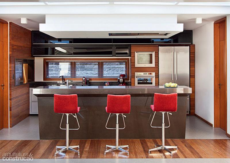 cozinha com banquetas muito elegantes para compor o ambiente gourmet