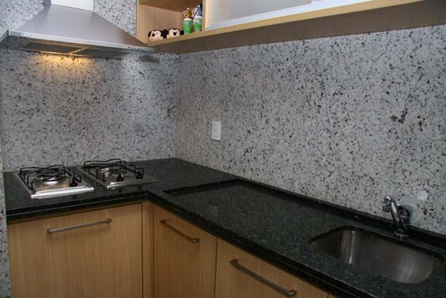 bancada de cozinha feita em granito verde Ubatuba de tonalidade bem escura