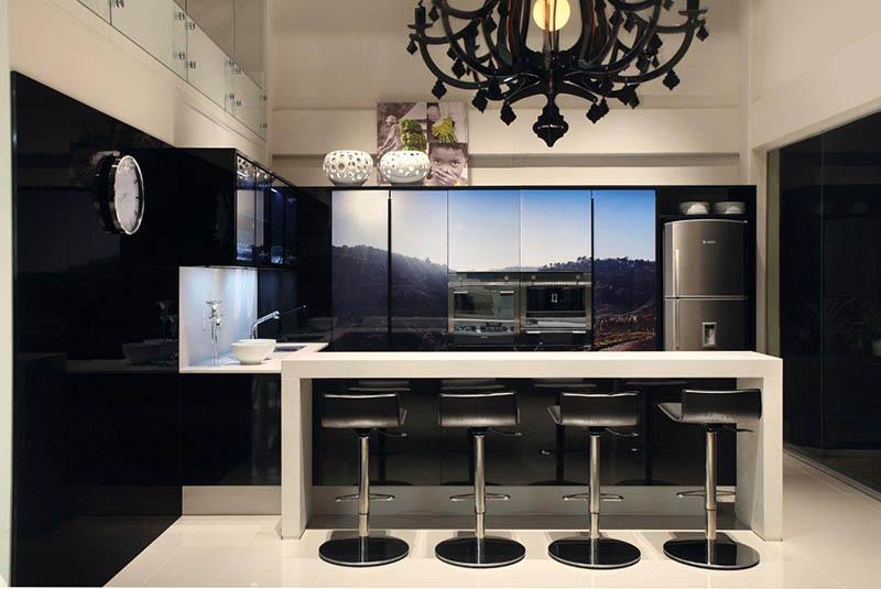 Um belo exemplo de cozinha gourmet com uma bancada estreita em um apartamento