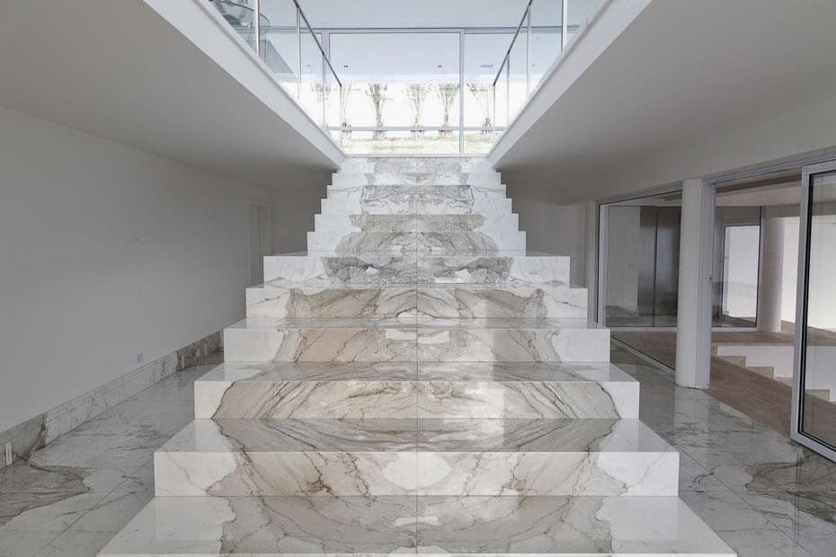 Escada revestida de mármore