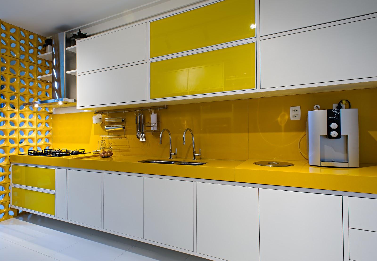 uso do marmoglass amarelo em bancada de cozinha prática