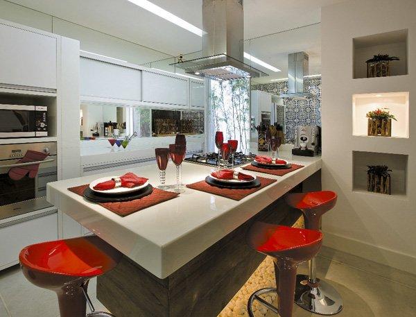 mesa e bancada de cozinha americana feita com marmoglass branco