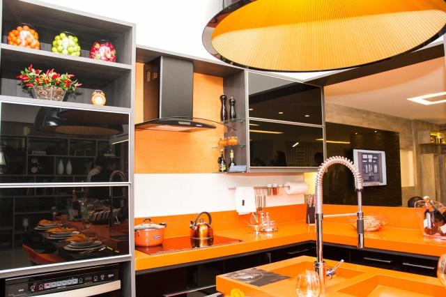 Uma cozinha especial feita com uma bela bancada de marmoglass laranja