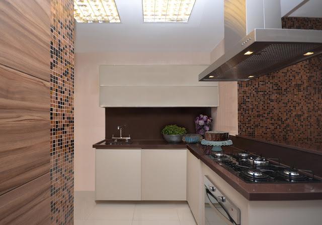 um belo exemplo do uso de marmoglass marrom em bancada de cozinha