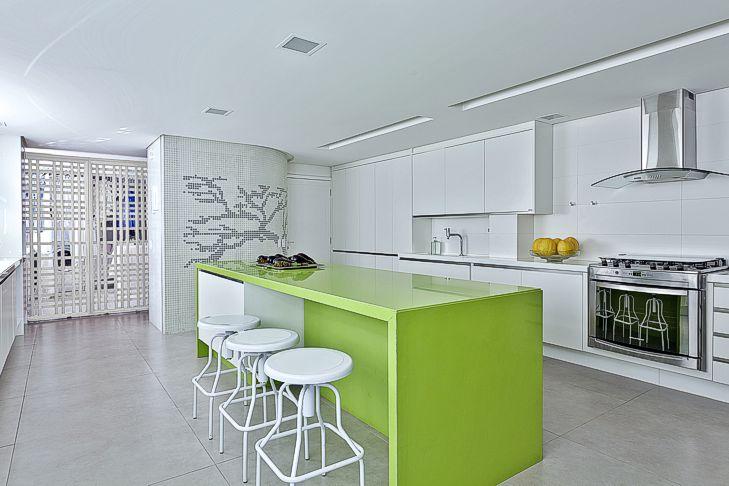 Cozinha americana com bancada de marmoglass verde