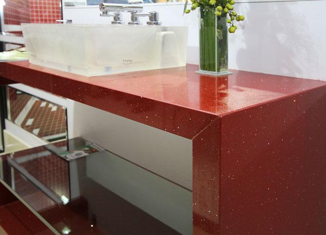 outro exemplo de pia de banheiro, com bancada feita com marmoglass vermelho