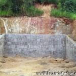 Mureta de pedra de arrimo e terreno inclinado, faz a proteção do terreno