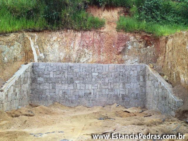 de pedra de arrimo e terreno inclinado, faz a proteção do terreno
