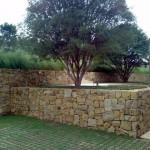Muro de arrimo de pedra bastante elegante para decoração do jardim
