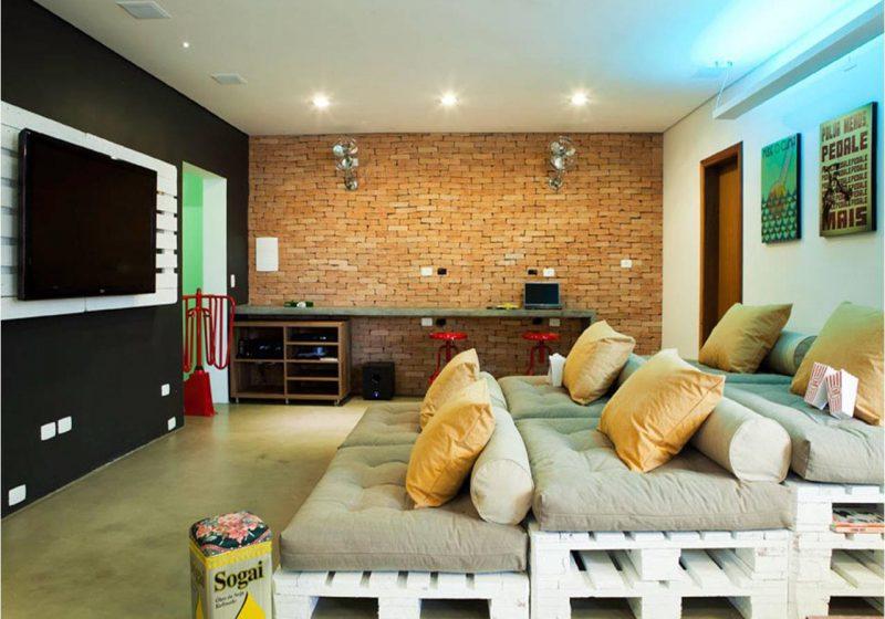 Painel de TV de Pallet branco na parede de sala de TV