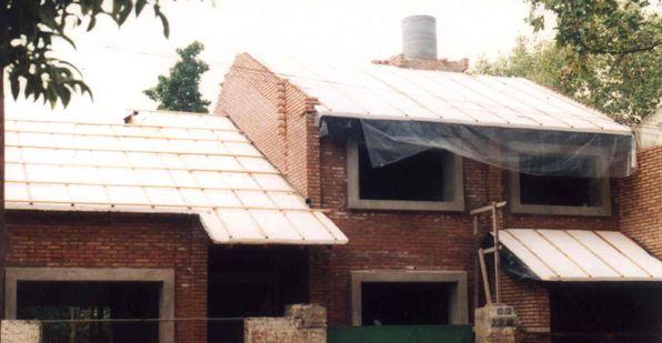 Uso do poliestireno expandido so o telhado, para proporcionar isolamento térmico do forro.