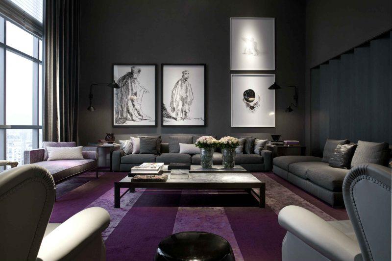 Sala de TV com tapete purpura contrastando com o cinza dos moveis
