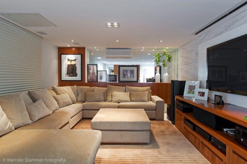 sala grande de TV decorada com sofás bem grandes