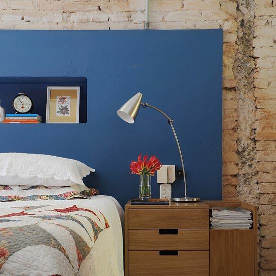 Acabamento de painel no quarto pintado com tinta acrílica