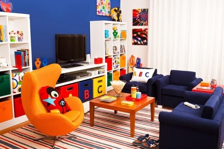 Aqui as cores fortes se mimetizam com o fundo da decoração de quarto infantil