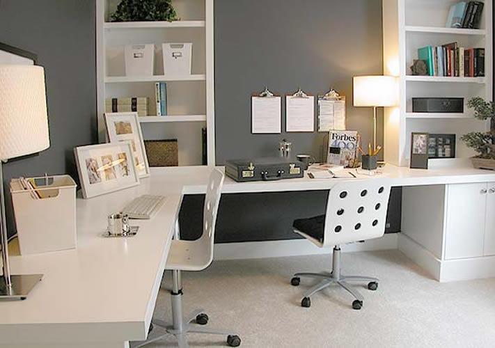 O uso de mesas em L aumenta a interface de trabalho de um funcionário, ocasinonando maior produtividade.