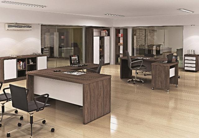 Nesse caso, as mesas do escritório usam um padrão bem diferente, mesclando os tons de madeira a decoração.