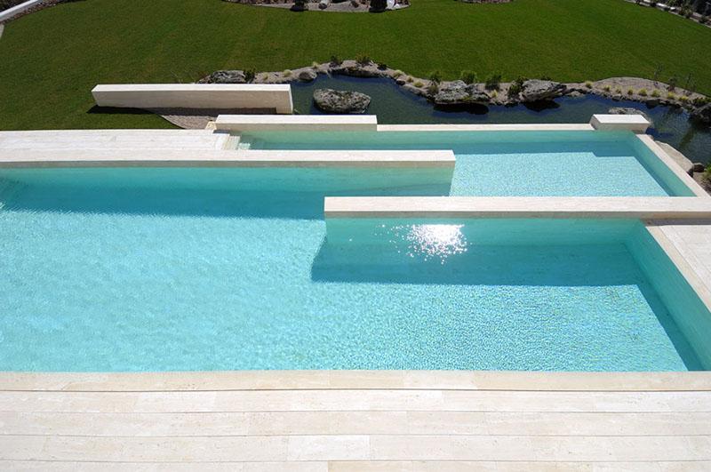 Um exemplo de acabamento de piso para piscina em mármore travertino
