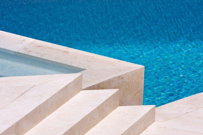 Detalhe de como fica o acabamento do travertino no entorno da piscina