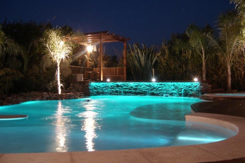 Iluminação de pátio de piscina através de refletores LED