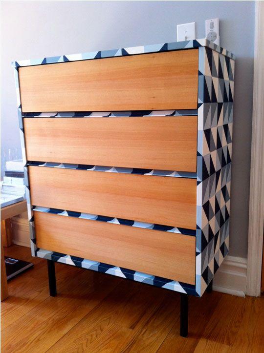 Um gaveteiro com cara totalmente renovada apenas com a aplicação de um papel de parede geométrico