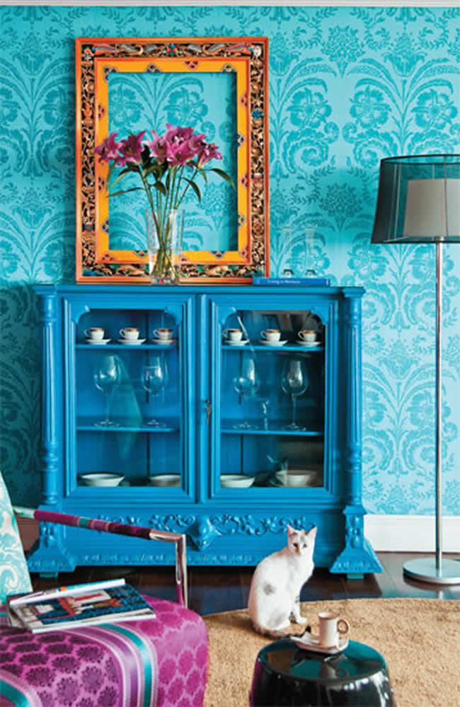 Cristaleira da sala reformada com apenas com uma nova pintura azul, para dar uma cara nova ao móvel