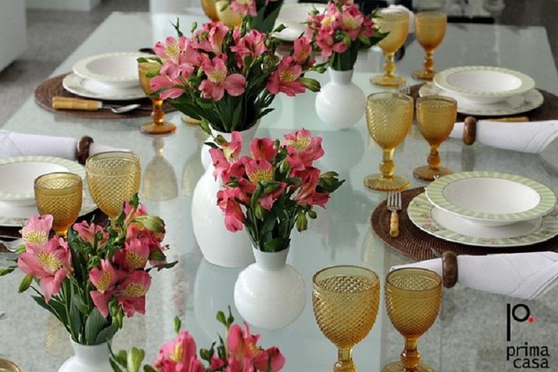 Outra flor pouco conhecida mas que fica ótima na decoração é a Astromélia. Aqui, são feitos vasos de astromélias rosa para decorar mesa de casamento