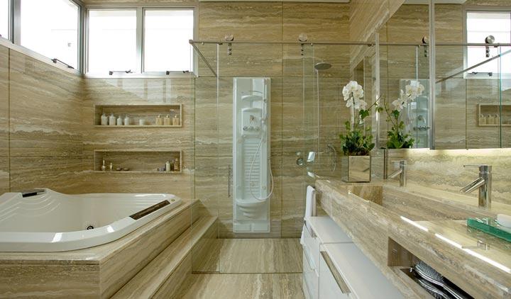 banheiro em mármore travartino