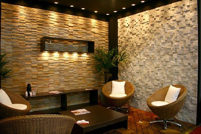 Duas diferentes maneira de se utilizar o revestimento em pedra canjiquinha: com a pedra filetada e em pequenos blocos de mosaico