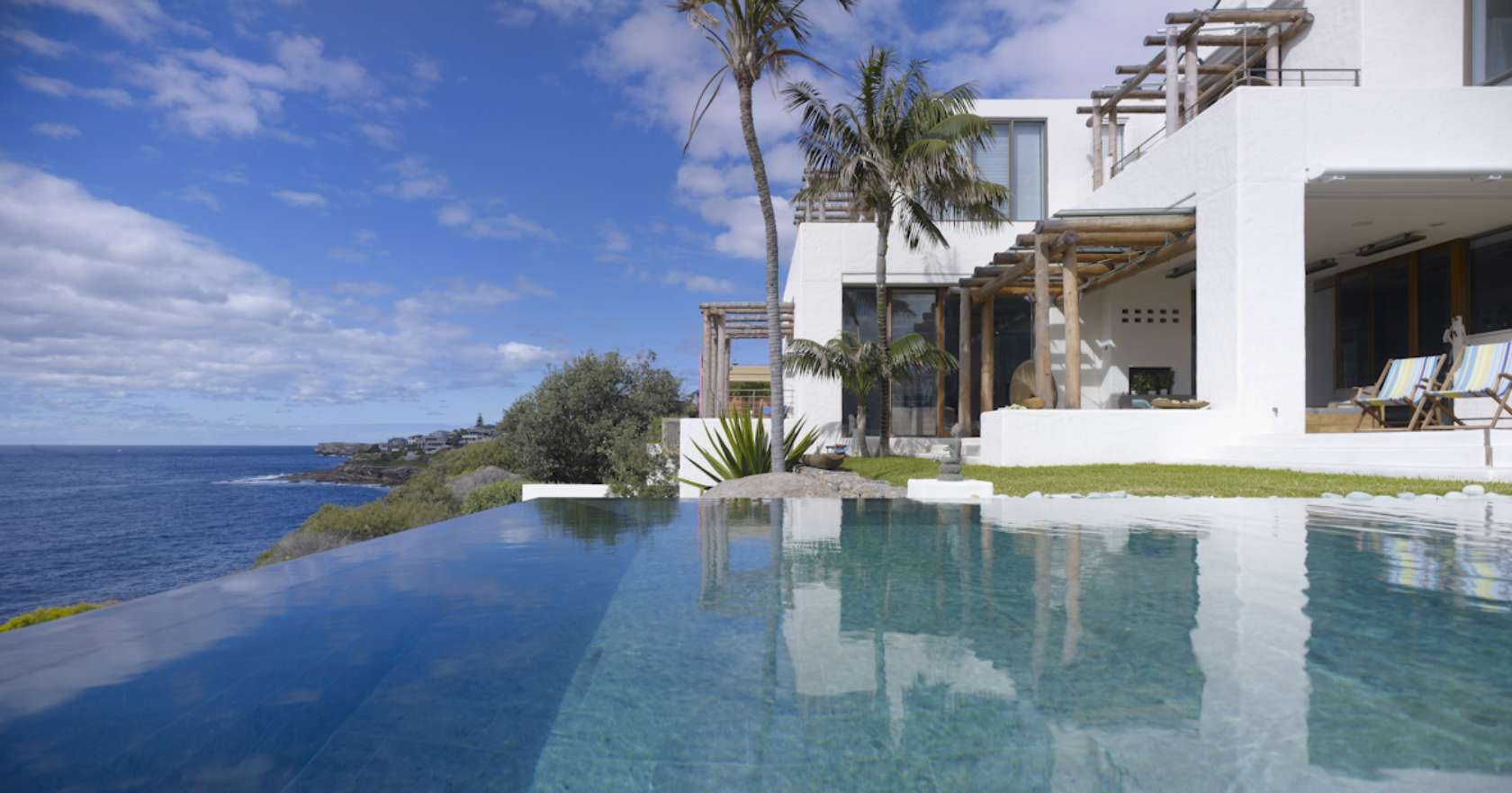 Casa em estilo santa Fé com piscina de borda infinita na costa