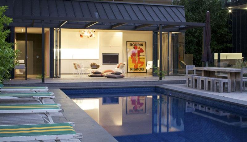 um belo modelo de casa com espaço gourmet na varanda e uma grande piscina regular