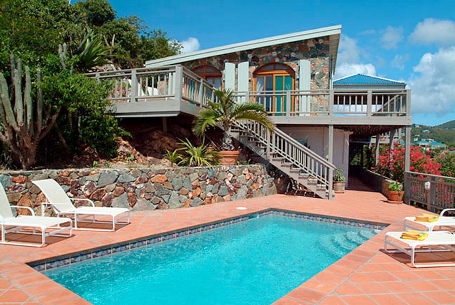 Uma bela piscina de Uma bela casa com piscina de alvenaria revestida com ladrilhos